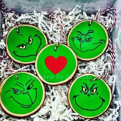 Grinch Christmas Decorations, Grinch Christmas Tree, Grinch Ornaments, Wooden Christmas Ornaments, Christmas Ornament Crafts, Holiday Crafts, Christmas Crafts, Christmas Coasters, Painted Ornaments