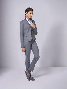 Grau muss nicht langweilig sein! Gerade im Business-Bereich kleidet kaum eine andere Farbe Frau stets so passend wie edles Grau. Mit fast jeder Farbe kombinierbar, funktioniert das Multitalent Grau aber auch als Komplettlook bestens. Es müssen nicht immer Pumps zum Business-Outfit sein – schicke Schnürer sind die sehenswerte Alternative.