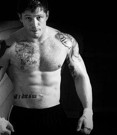 L'attore britannico Tom Hardy nudo, in vista i tatuaggi sul corpo