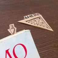 今日は、めちゃくちゃ簡単なコーナーブックマーク、いわゆる「しおり」の作り方です。 封筒の角を三角に切って、本の角に差し込むタイプのしおりなんですが、袋状になった三角をただページに差し込むだけでは面白くないので、一手間加え .....