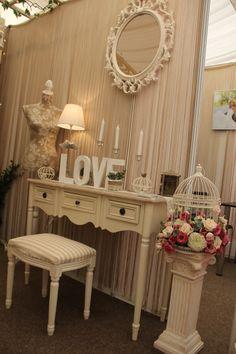 Lovely bride corner with vintage & romantic decorations (Decor pentru camera miresei cu obiecte decorative vintage si romantice)