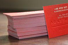 Ekskluzywne, kaszerowane wizytówki dla inwestora nieruchomości. Powstały przez połączenie dwóch warstw kolorowych kartonów ozdobnych Pop'Set o łącznej gramaturze 540g. Dodatkowo zamieszczone dane wykonano srebrną folią tłoczoną na gorąco a nazwę firmy z ogromną siłą przetłoczono na drugą stronę, gdzie dodatkowo nadrukowano na wypukłych literach czerwony kolor metodą solwentową.
