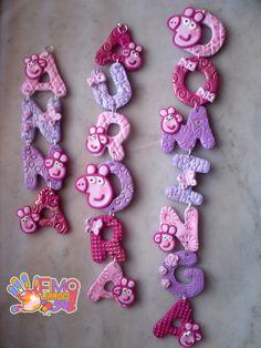 nome realizzato in fimo con colori e decorazioni personalizzate Polymer Clay Pens, Polymer Clay Jewelry, Paper Mache Crafts, Clay Crafts, Clay Art For Kids, Hairbow Center, Clay Design, Fondant Figures, Miniature Crafts