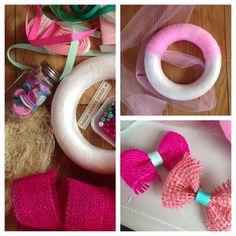 wreath Crochet Wreath, Diy Crochet, Crochet Flowers, Diy Finger Knitting, Tutu Decorations, Bow Garland, Roving Yarn, Felt Kids, Diy Hair Bows