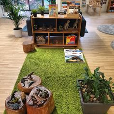The carpet makes it look like actual grass, the plants are a nice gesture Reggio Emilia Classroom, Reggio Inspired Classrooms, Reggio Classroom, Classroom Layout, Classroom Setting, Classroom Design, Preschool Classroom, Classroom Decor, Teaching Kindergarten