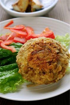 今日のレシピはデトックス効果抜群! 刻んだ大豆とシャキシャキごぼうが肉がわりのヘルシーバーグです。 食物繊維たっぷりのごぼうは腸のなかで毒素を吸着し、体外に…