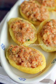 Patate ripiene 4 patate a pasta gialla (circa 800 g) 1 scalogno 150 g di mortadella a fette 100 g di pecorino toscano semi stagionato 2 tuorli pangrattato 4/5 cucchiai di olio e.v.o. prezzemolo- sale- pepe