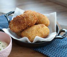 Wist je dat kroketten maken helemaal niet zo moeilijk is? Deze aspergekroketjes met ham en mierikswortelmayonaise zijn een topcombinatie.