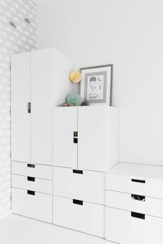 Ainon huoneen säilytyskalusteet ovat Ikean Stuva-sarjaa, josta voi rakentaa monenlaisia kokonaisuuksia.