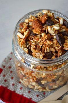 Nous avons déniché cette recette saine et gourmande sur le blog de Danna et Olivia. Malgré un IG assez élevé, ce granola peut se fondre dans un brunch. A manger avec un autre plat protéiné pour faire descendre l'IG. Un yaourt, une tranche de jambon, un peu de thon, un oeuf coque... Healthy Eating Recipes, Healthy Smoothies, Raw Food Recipes, Healthy Cooking, Healthy Snacks, Raw Breakfast, Good Morning Breakfast, Breakfast Recipes, Breakfast Ideas