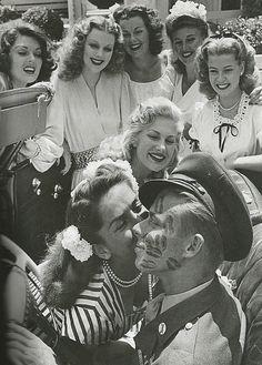 COUVERT DE BAISERS ! John Farnsworth a eu le privilège d'être couvert de baisers en 1944 par de célèbres pin-up et actrices de l'époque dont Lynne Baggett, Dolores Moran, Barbara Hale, Ginger Rogers, Gloria DeHaven, Chilli Williams et Jinx Falkenburg. Il est certain qu'il ne soit pas passé inaperçu !