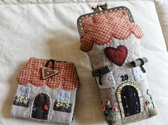 MERPEL, Fet a mà, amb el cor: FUNDA DE GAFAS Y GUARDA-AGUJAS CASITA Japanese Patchwork, Patchwork Bags, Quilted Bag, Patch Quilt, Applique Quilts, Embroidery Applique, House Quilts, Fabric Houses, Sewing Crafts