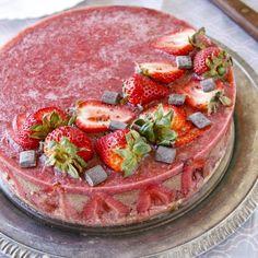 Čokoládový dort s jahodami - fitness recept Bajola Granola, Acai Bowl, Camembert Cheese, Breakfast, Cake, Fitness, Food, Acai Berry Bowl, Morning Coffee