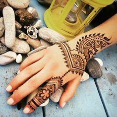 tattoo vorlage henna tattoo bei einem urlaub machen schöne ferien genießen steine lampe muscheln