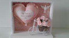 Quadro decorativo com coração em tecido com frases e bicicleta com mini rosas  Lindo presente
