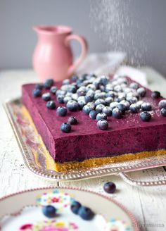 Neiti Mustikan kakku - hyvää ja helppoa! Mustikkamössön saa tehtyä itse pakastemustikoista helposti.