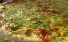 Quiche alle zucchine - Torta di pasta sfoglia alle zucchine facile da preparare con ingredienti che abbiamo molto spesso in frigo e nella dispensa. Ottima come antipasto o come secondo accompagnato da un contorno di verdure o patate.