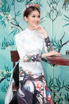 Cô chọn kiểu tóc búi cao để phù hợp với chiếc mấn yêu kiều. Lần đầu gặp gỡ tại sự kiện, Thùy Dung làm quen và trò chuyện cùng Chi Pu. Á hậu Việt Nam 2016 chia sẻ bản thân không chỉ yêu mến mà còn phần nào ngưỡng mộ phong cách làm việc của Chi Pu.