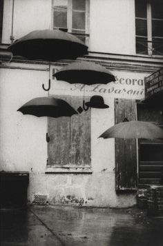 Nigel Scott Tirage, United Kingdom, 1996 Graves for your umbrella board Umbrella Art, Under My Umbrella, Arte Black, Parasols, Singing In The Rain, Black And White Pictures, Black And White Photography, Vintage Photos, Art Photography