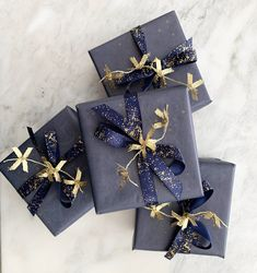 Make your gift shine for your special someone with our elegant packaging. with Red Velvet Ribbon & edible Gold Lollipop Christmas Ideas For Boyfriend, Gifts For Your Boyfriend, Christmas Crafts For Gifts, Christmas Gift Wrapping, Christmas Room, Holiday Gifts, Creative Gift Wrapping, Creative Gift Packaging, Simple Gift Wrapping Ideas