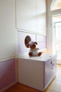 L'armadio si trasforma in un contenitore per i giochi, ma anche in uno sgabello o in una scala per arrivare ai piani più alti. Un'idea per i più piccoli!  Versione chiusa.