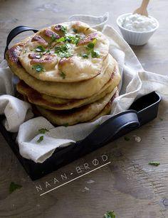 Pizza møder pandekage og Naanbrød opstår.  Sådan virker det i hvert fald til.  Dejen minder om mini-pizzaer - men laves stort set som pandekager. Jeg er fan!  Brug dem til madpakken eller som tilbehør til aftensmaden.   Ca. 15 stk.  2 dl vand  25 g gær  Rør gæren ud i vandet ....