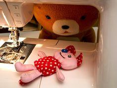 ursinho olhando a boneca... que amorrr