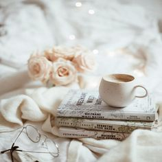 Rainy day, hot coffee and a good book Coffee And Books, Coffee Art, Hot Coffee, Coffee Time, Coffee Shop, Cozy Aesthetic, Aesthetic Coffee, Peter Wohlleben, Happy Day Quotes
