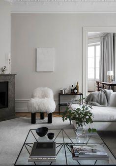 Sala de estar de uma casa em Estocolmo, onde o mobiliário é uma mistura inteligente e super cool de clássicos com peças mais recentes.