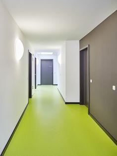 Não somos pisos vinílicos, somos pisos de borracha. Os pisos Nora são 100% de borracha, baseados em qualidade e sustentabilidade com mais de 300 variações de cores e design, totalmente ergonômico, certificação LEED, resistente a manchas, ao grande tráfego comercial e voltado para diversas aplicações. Instalação dos pisos noraplan® sentica em um prédio residencial em Hannover | Alemanha.