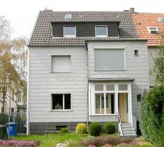 Drei Etagen, 270 Quadratmeter Wohnfläche, Garten, zentrumsnahe Lage - das Reihenendhaus in Bonn-Beuel hatte eigentlich alles, wovon viele Familien träumen. Und doch konnte es nicht auf ganzer Linie überzeugen. Das altmodische Design und die suboptimale Aufteilung veranlassten die Bauherren schließlich zum Handeln. Das Haus sollte komplett entkernt und das Dachgeschoss grundlegend neu gestaltet werden. Die beauftragten Experten der Beissel Schmidt Architekten haben sich genau an den…