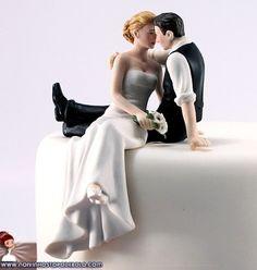 Um momento a dois pede um romantismo a mais... Ainda mais na festa de casamento! Traduza este lindo momento no seu topo de bolo! Este casal feito em porcelana é perfeito.