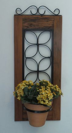 Porta planta de madeira de demolição e ferro. Muito decorativo.