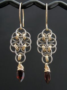 Red Garnet Chainmaille Earrings Red Gold Gray por LoneRockJewelry