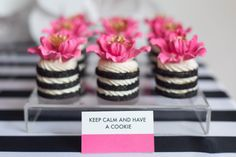 Flower cookie stacks - Kate Spade inspired black, white, with a pop of hot pink party Bolo Chanel, Cake Pops, Bolo Paris, Cookie Sandwich, Kate Spade Party, Decoration Patisserie, Pink Parties, Mini Desserts, Mini Cakes