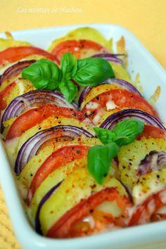 tian pomme de terre, tomate, mozza, basilic Ingrédients (2 personnes) : 2 pommes de terre 2 tomates 1 oignon rouge de la mozzarella râpée du piment d'Espelette du poivre noir et du sel de l'huile d'olive quelques feuilles de basilic pour la déco