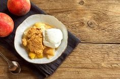 One of our all-time favorite almond flour dessert recipes; this warm, crisp, and perfectly flavored gluten-free almond flour peach cobbler dish is perfect for any summertime gathering or celebration. Muesli, Sugar Free Peach Cobbler, My Recipes, Dessert Recipes, Keto Desserts, Almond Flour Desserts, No Sugar Added Recipe, Palet Breton, Creamy Mac And Cheese
