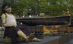 """Premier jour pour """"La géante du Titanic et le scaphandrier"""" de Royal de Luxe, Vendredi 5 juin 2009: La petite géante débarque..."""