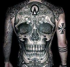 Tatuagem masculina de caveira nas costas.