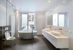 vanuit het bad uitzicht op de binnenhof .... : Mediterrane badkamers van Architectenbureau Vroom