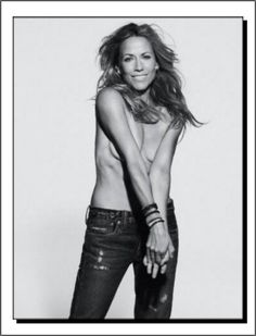 She is a natural storyteller. Whether writing a song or having a conversation, Sheryl Crow has a way of communicating profound points with a. Female Rock Stars, Jenifer Aniston, Sheryl Crow, Women Of Rock, Guitar Girl, Black And White Portraits, Music Icon, Camila, Female Singers