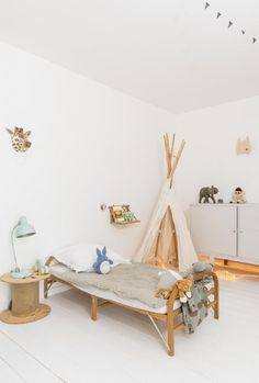 Una casa familiar de en Biarritz · A family friendly home in Biarritz Rooms Decoration, Boho Deco, Boho Chic, Boho Style, Deco Kids, Diy Zimmer, Wooden Bedroom, Kid Spaces, Kids Decor