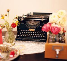 Máquinas de escribir como decoración y alternativa para el tradicional libro de firmas en una boda.