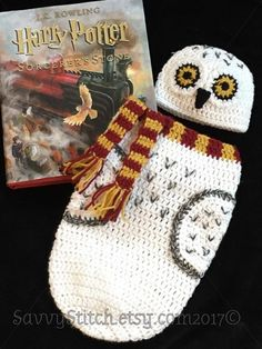 Please read the entire listing before ordering: Soft and cute, Snowy Owl inspired by Harry Potters beautiful and beloved Hedwig. This little cocoon would be the ultimate treasure for your newborn baby photos or gift for expecting witches and wizards. Just imagine your little one wrapped snugly in this soft cocoon made of soft, white acrylic yarn with wool black and grey accent feathers, soft on babys skin. Gryffindor Scarf is attached to the top of the cocoon so it will not fall off, and a…
