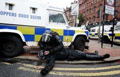 Нереди у Белфасту: Повређено 26 полицајаца, демонстранти их гађали циглама, шипкама и криглама пива (видео) - http://www.srbijadanas.net/neredi-u-belfastu-povredjeno-26-policajaca-demonstranti-ih-gadjali-ciglama-sipkama-i-kriglama-piva-video/