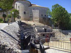 Santorcaz. Palacio de Santorcaz o Castillo de Torremocha Durante el gobierno del arzobispo Carrillo (1445-1482) el castillo se convirtió en  cárcel y fueron varios personajes famosos los que estuvieron encerrados en sus mazmorras como el Cardenal Cisneros o la princesa de Eboli.<> Pulse en la fotografía para ver alojamientos en Madrid.