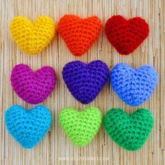 VIDEO -- DIY: Corazonctios tejidos a Crochet / Crochet hearts Crochet Motif, Crochet Flowers, Crochet Patterns, Crochet Hearts, Crochet Gifts, Diy Crochet, Crochet Toys, Tutorial Crochet, Crochet Accessories