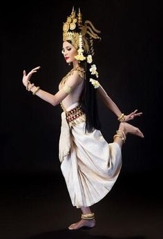 Pretty Khmer dancer in traditional costume. Thai Traditional Dress, Traditional Fashion, Traditional Outfits, Cambodian Art, Cambodian Tattoo, Cambodian Women, Khmer Tattoo, Vietnam Costume, Thai Dress