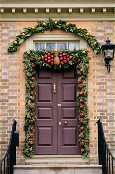 Are you participating in this year's Christmas door decorating contest? Then perhaps the door decorating ideas mentioned in the article may come in handy. Christmas Door Decorating Contest, Front Door Christmas Decorations, Christmas Front Doors, Decorating With Christmas Lights, Christmas Wreaths, Outdoor Decorations, Christmas Entryway, All Things Christmas, Christmas Holidays