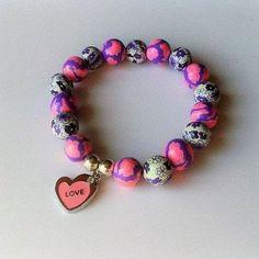 Pulsera artesanal corazón love elaborada artesanalmente corazón love para mujer, cada bolita está decorada a mano, charms y pasadores metálicos plateados.